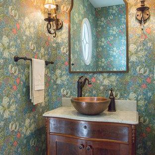 На фото: с высоким бюджетом маленькие туалеты в морском стиле с фасадами островного типа, темными деревянными фасадами, разноцветными стенами, темным паркетным полом, настольной раковиной, мраморной столешницей, коричневым полом и серой столешницей