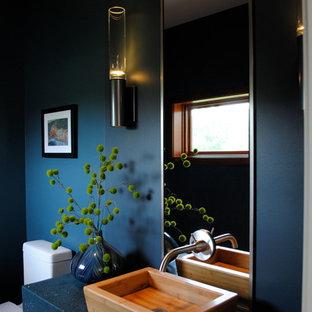 Diseño de aseo minimalista con encimeras azules