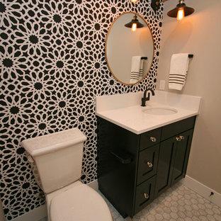Cette image montre un petit WC et toilettes design avec un placard à porte shaker, des portes de placard noires, un WC séparé, un carrelage de pierre, un mur gris, un sol en carrelage de terre cuite, un lavabo encastré, un plan de toilette en quartz modifié, un carrelage blanc et un sol gris.