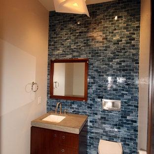 Неиссякаемый источник вдохновения для домашнего уюта: туалет среднего размера в классическом стиле с инсталляцией, плоскими фасадами, фасадами цвета дерева среднего тона, синей плиткой, мраморной плиткой, бежевыми стенами, полом из травертина, врезной раковиной, столешницей из искусственного кварца и бежевым полом
