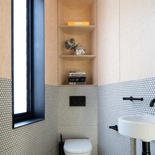 На фото: с высоким бюджетом маленькие туалеты в современном стиле с инсталляцией, белой плиткой, плиткой мозаикой, полом из мозаичной плитки, подвесной раковиной, белым полом и открытыми фасадами