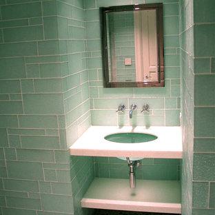 Идея дизайна: туалет среднего размера в современном стиле с открытыми фасадами, белыми фасадами, унитазом-моноблоком, зеленой плиткой, стеклянной плиткой, зелеными стенами, полом из галечной плитки, врезной раковиной, столешницей из искусственного камня и разноцветным полом