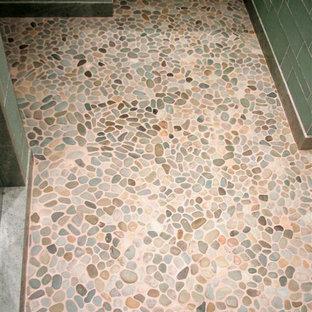Пример оригинального дизайна: туалет среднего размера в современном стиле с открытыми фасадами, белыми фасадами, унитазом-моноблоком, зеленой плиткой, стеклянной плиткой, зелеными стенами, полом из галечной плитки, врезной раковиной, столешницей из искусственного камня и разноцветным полом