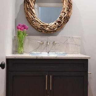 Immagine di un piccolo bagno di servizio costiero con ante lisce, ante grigie, lavabo da incasso, pavimento marrone, top multicolore e mobile bagno incassato