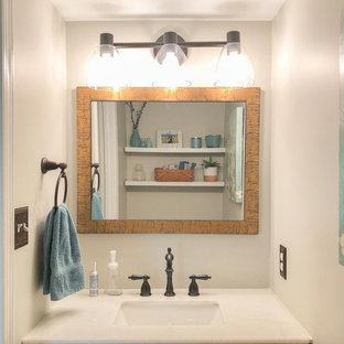 Стильный дизайн: маленький туалет в стиле современная классика с темными деревянными фасадами, серыми стенами, полом из бамбука, врезной раковиной, мраморной столешницей, коричневым полом, белой столешницей и напольной тумбой - последний тренд