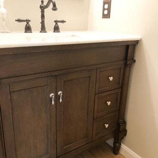 Идея дизайна: маленький туалет в стиле современная классика с темными деревянными фасадами, серыми стенами, полом из бамбука, врезной раковиной, мраморной столешницей, коричневым полом, белой столешницей и напольной тумбой