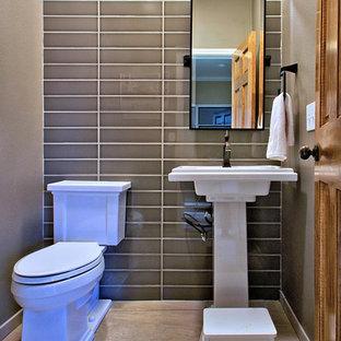Foto de aseo clásico renovado, pequeño, con lavabo con pedestal, sanitario de dos piezas, baldosas y/o azulejos marrones, baldosas y/o azulejos de cerámica, paredes marrones y suelo de baldosas de porcelana