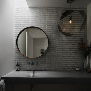 Inspiration pour un WC et toilettes vintage avec un carrelage gris, carrelage en mosaïque, un plan de toilette en béton et meuble-lavabo suspendu.