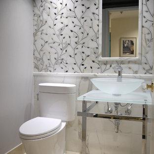 Идея дизайна: маленький туалет в стиле фьюжн с настольной раковиной, стеклянной столешницей, раздельным унитазом, белой плиткой, каменной плиткой, серыми стенами и мраморным полом