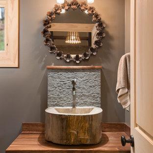 Свежая идея для дизайна: маленький туалет в стиле рустика с серой плиткой, плиткой из сланца, серыми стенами, настольной раковиной и столешницей из дерева - отличное фото интерьера