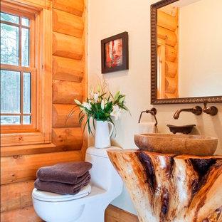 Idee per un bagno di servizio rustico con lavabo a bacinella e WC monopezzo