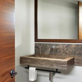 Ejemplo de aseo contemporáneo, de tamaño medio, con lavabo de seno grande, encimera de piedra caliza, losas de piedra, paredes blancas, suelo de piedra caliza y encimeras marrones