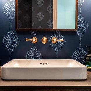 Идея дизайна: туалет среднего размера в стиле кантри с фасадами островного типа, темными деревянными фасадами, синими стенами, паркетным полом среднего тона, настольной раковиной, столешницей из дерева, коричневым полом и коричневой столешницей