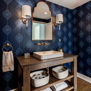 Стильный дизайн: туалет среднего размера в стиле кантри с фасадами островного типа, темными деревянными фасадами, синими стенами, паркетным полом среднего тона, настольной раковиной, коричневым полом, коричневой столешницей и столешницей из дерева - последний тренд