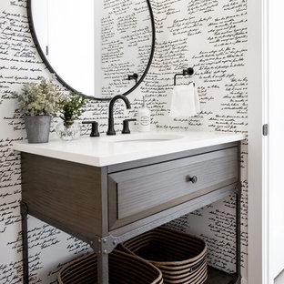 Свежая идея для дизайна: туалет в стиле кантри с фасадами с выступающей филенкой, темными деревянными фасадами, столешницей из искусственного камня, коричневым полом и белой столешницей - отличное фото интерьера