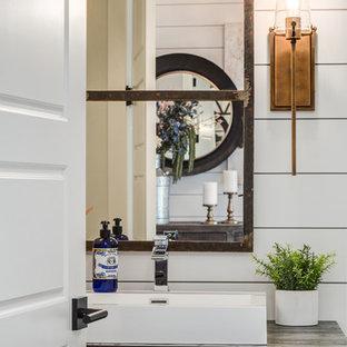 Esempio di un bagno di servizio country di medie dimensioni con nessun'anta, ante in legno bruno, WC monopezzo, pareti bianche, parquet chiaro, lavabo a bacinella, top in legno, pavimento beige e top marrone