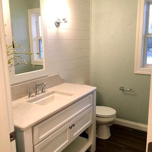 Пример оригинального дизайна: туалет в стиле кантри с белыми фасадами, зелеными стенами, полом из винила, врезной раковиной и столешницей из гранита