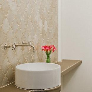 Inspiration pour un petit WC et toilettes traditionnel avec une vasque, un carrelage beige, des carreaux de céramique, un mur blanc et un sol en bois foncé.