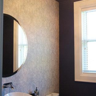 Aménagement d'un grand WC et toilettes classique avec une vasque, des portes de placard en bois sombre, un plan de toilette en quartz, un WC à poser, un carrelage gris, des carreaux de céramique, un mur violet et un sol en bois brun.
