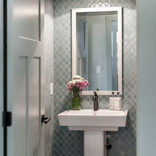Foto di un piccolo bagno di servizio minimal con piastrelle blu, piastrelle in ceramica, lavabo a colonna e pareti blu