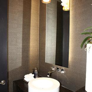 Неиссякаемый источник вдохновения для домашнего уюта: маленький туалет в современном стиле с плоскими фасадами, черными фасадами, коричневыми стенами, настольной раковиной, столешницей из гранита и черной столешницей