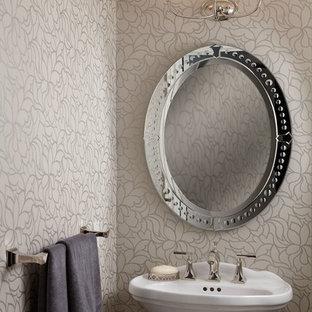Kleine Klassische Gästetoilette mit Sockelwaschbecken und weißer Wandfarbe in Toronto
