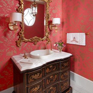 Foto di un bagno di servizio vittoriano di medie dimensioni con consolle stile comò, ante nere, pareti rosse, pavimento in gres porcellanato, lavabo a bacinella, top in marmo, pavimento bianco e top bianco