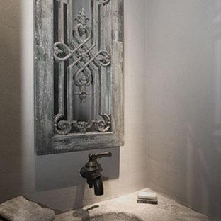 Idee per un bagno di servizio mediterraneo di medie dimensioni con pavimento in pietra calcarea, lavabo a consolle e top in pietra calcarea