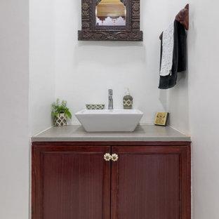 アフマダーバードの小さいトラディショナルスタイルのおしゃれなトイレ・洗面所 (落し込みパネル扉のキャビネット、中間色木目調キャビネット、白い壁、ベッセル式洗面器、グレーの床、グレーの洗面カウンター、造り付け洗面台) の写真