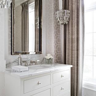 Idee per un bagno di servizio classico di medie dimensioni con lavabo sottopiano, consolle stile comò, ante bianche, pareti beige, pavimento con piastrelle in ceramica, top in quarzo composito, pavimento beige e top multicolore