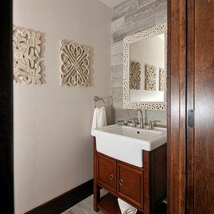 Réalisation d'un WC et toilettes tradition avec un carrelage gris, un carrelage imitation parquet et un sol en carrelage de porcelaine.