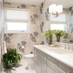 Mittelgroße Klassische Gästetoilette mit Schrankfronten mit vertiefter Füllung, grauen Schränken, Unterbauwaschbecken, Quarzwerkstein-Waschtisch, Toilette mit Aufsatzspülkasten, Marmorboden, weißer Wandfarbe, weißem Boden und weißer Waschtischplatte in Toronto