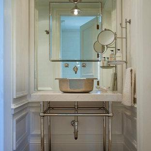 На фото: туалет в средиземноморском стиле с настольной раковиной, белыми стенами, темным паркетным полом и белой столешницей с