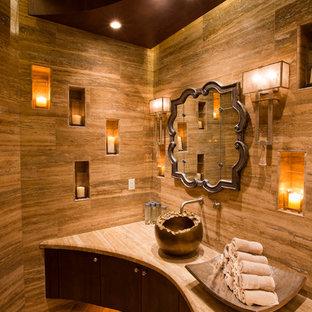 Idee per un bagno di servizio mediterraneo di medie dimensioni con ante lisce, ante in legno bruno, piastrelle beige, pavimento in vinile, lavabo a bacinella, top in marmo e pareti marroni