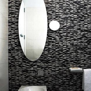 Стильный дизайн: маленький туалет в стиле модернизм с унитазом-моноблоком, черно-белой плиткой, каменной плиткой, черными стенами, мраморным полом и раковиной с пьедесталом - последний тренд