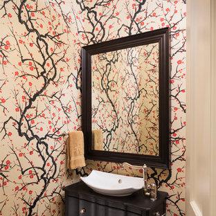 Imagen de aseo de estilo zen con lavabo con pedestal, puertas de armario negras, encimera de granito, paredes multicolor y suelo de madera oscura