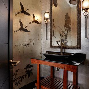 Diseño de aseo de estilo zen, pequeño, con lavabo sobreencimera, armarios abiertos, puertas de armario de madera en tonos medios, paredes multicolor, suelo con mosaicos de baldosas, encimera de granito, suelo beige y encimeras negras
