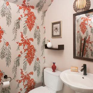 Modelo de aseo asiático, pequeño, con paredes multicolor, suelo de madera oscura, lavabo suspendido, sanitario de una pieza y suelo marrón