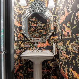 Пример оригинального дизайна: туалет в восточном стиле с разноцветными стенами, раковиной с пьедесталом и белым полом