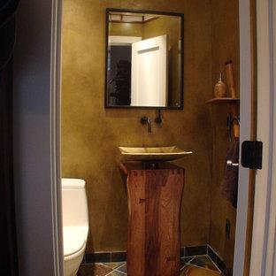 Ejemplo de aseo de estilo zen, pequeño, con sanitario de una pieza, paredes beige, suelo de baldosas de cerámica, lavabo sobreencimera y suelo gris