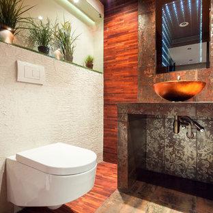 Imagen de aseo de estilo zen, de tamaño medio, con sanitario de pared, baldosas y/o azulejos multicolor, baldosas y/o azulejos de porcelana, parades naranjas, suelo de baldosas de porcelana, lavabo sobreencimera y encimera de azulejos