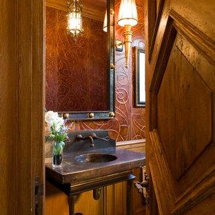 Пример оригинального дизайна: маленький туалет в средиземноморском стиле с раздельным унитазом, бежевой плиткой, коричневыми стенами, полом из мозаичной плитки, столешницей из меди и консольной раковиной