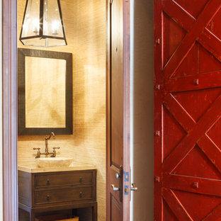 Свежая идея для дизайна: туалет в стиле рустика с настольной раковиной, темными деревянными фасадами и бежевыми стенами - отличное фото интерьера