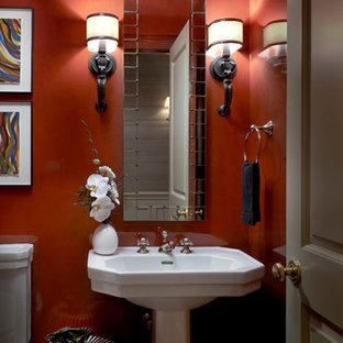 Источник вдохновения для домашнего уюта: маленький туалет в классическом стиле с раковиной с пьедесталом и красными стенами