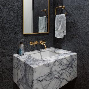 Inspiration för klassiska grått toaletter, med svarta väggar, mellanmörkt trägolv, ett undermonterad handfat och brunt golv