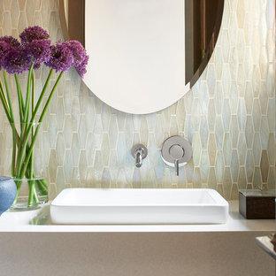Foto di un piccolo bagno di servizio minimalista con WC monopezzo, piastrelle multicolore, piastrelle a mosaico, pareti bianche, pavimento in gres porcellanato, lavabo a bacinella, top in quarzo composito, pavimento grigio, ante beige e top beige