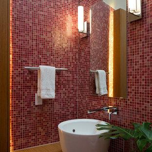 オースティンのコンテンポラリースタイルのおしゃれなトイレ・洗面所 (モザイクタイル、ベッセル式洗面器、木製洗面台、赤いタイル) の写真
