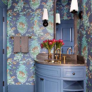 オースティンの広いトランジショナルスタイルのおしゃれなトイレ・洗面所 (セラミックタイルの床、シェーカースタイル扉のキャビネット、青いキャビネット、マルチカラーの壁、アンダーカウンター洗面器、マルチカラーの床、青い洗面カウンター) の写真