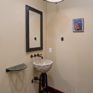 Foto di un bagno di servizio tradizionale di medie dimensioni con pareti marroni, parquet scuro, lavabo a consolle, top in vetro e pavimento beige