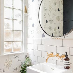 Modelo de aseo clásico renovado, pequeño, con baldosas y/o azulejos blancos, lavabo suspendido, baldosas y/o azulejos de cemento, paredes multicolor, encimera de cuarzo compacto y encimeras blancas